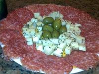 Porção de salame, queijo e azeitonas