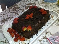 Bolo trufado de chocolate com morango